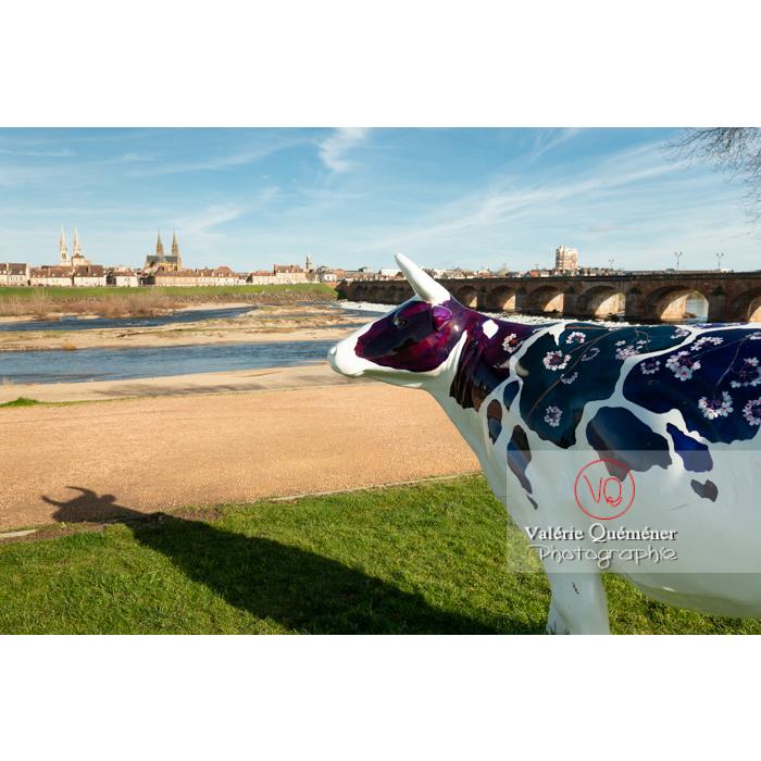 Sculpture de vache de JL Magnet ? pour la Cow Parade à Moulins / Allier / Auvergne-Rhône-Alpes - Réf : VQFR03-0335 (Q3)