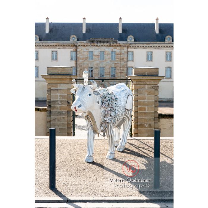 Sculpture 'Divache' devant le CNCS, de MP Benoît-Basset pour l'exposition de sculptures de vaches dans Moulins / Allier / Auvergne-Rhône-Alpes - Réf : VQFR03-0337 (Q3)