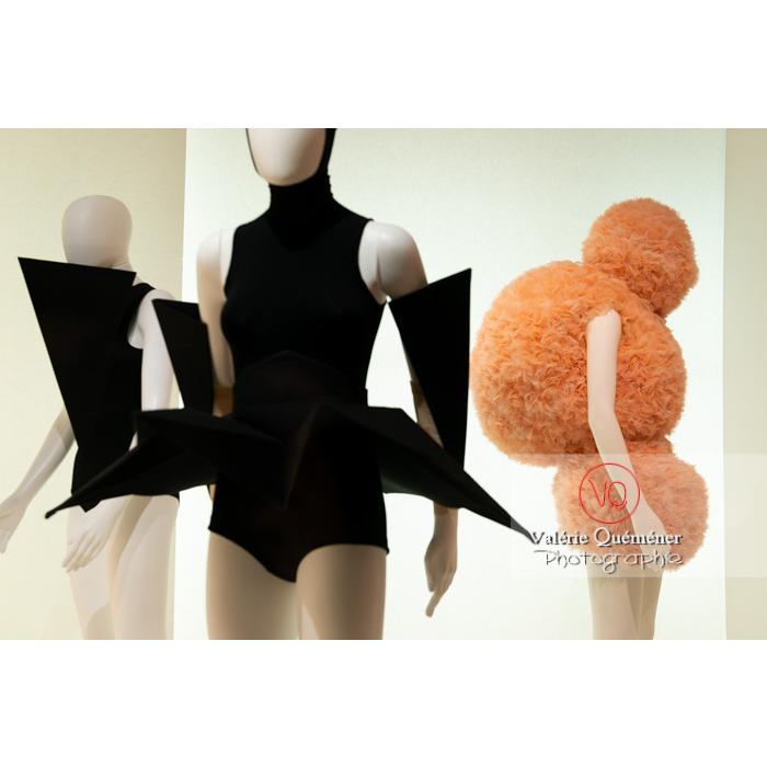 Exposition Couturiers de la danse (2019-2020) au CNCS, costumes en forme d'origamis par Gareth Pugh et de boules par Walter Van Beirendonck pour Marie-Agnès Gillot - Réf : VQFR03-0348 (Q3)