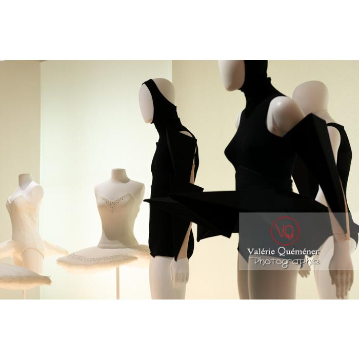 Costumes en forme d'origamis par Gareth Pugh et tutu grignoté par Viktor & Rolf - Réf : VQFR03-0349 (Q3)