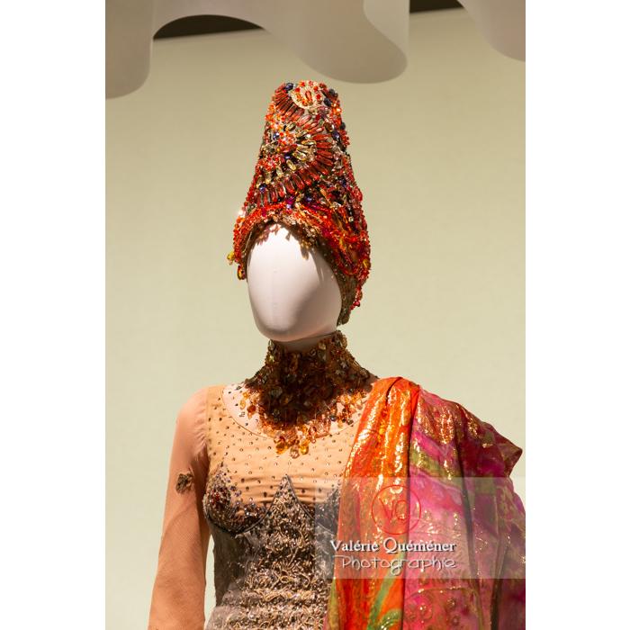 Coiffe et détail du costume oriental de Christian Lacroix - Réf : VQFR03-0356 (Q3)