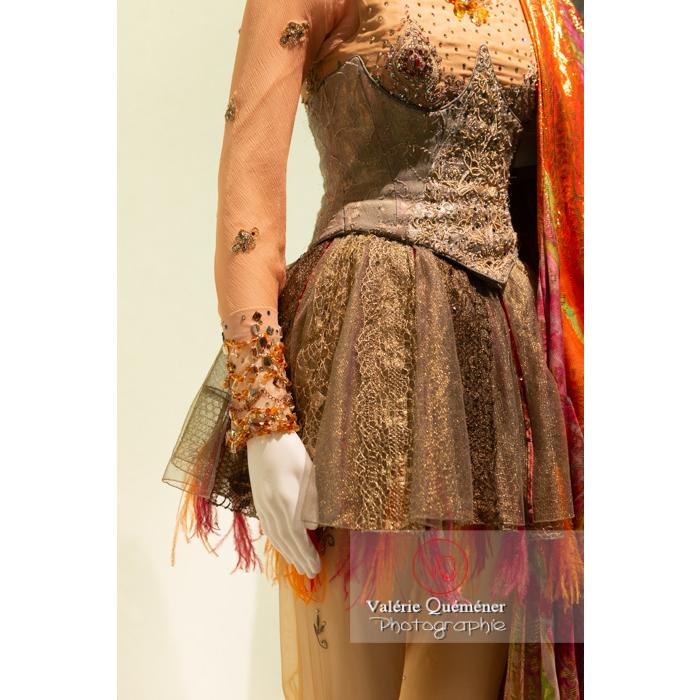 Détail du costume oriental de Christian Lacroix - Réf : VQFR03-0358 (Q3)