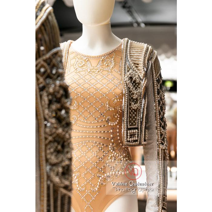 Exposition Couturiers de la danse (2019-2020) au CNCS, body et boléro en perle d'Olivier Rousteing chez Balmain pour Sébastien Bertaud - Réf : VQFR03-0371 (Q3)