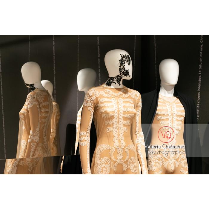 Costumes avec dentelles par Riccard Tisci chez Givenchy pour Sidi Larbi Charkaoui et Damien Jalet - Réf : VQFR03-0377 (Q3)