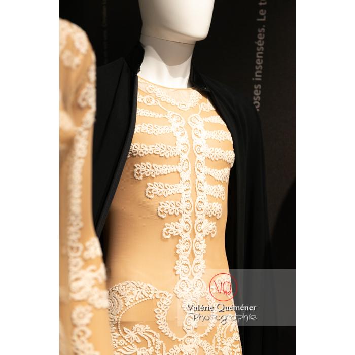 Détail de la dentelle du costume homme par Riccard Tisci chez Givenchy pour Sidi Larbi Charkaoui et Damien Jalet - Réf : VQFR03-0378 (Q3)