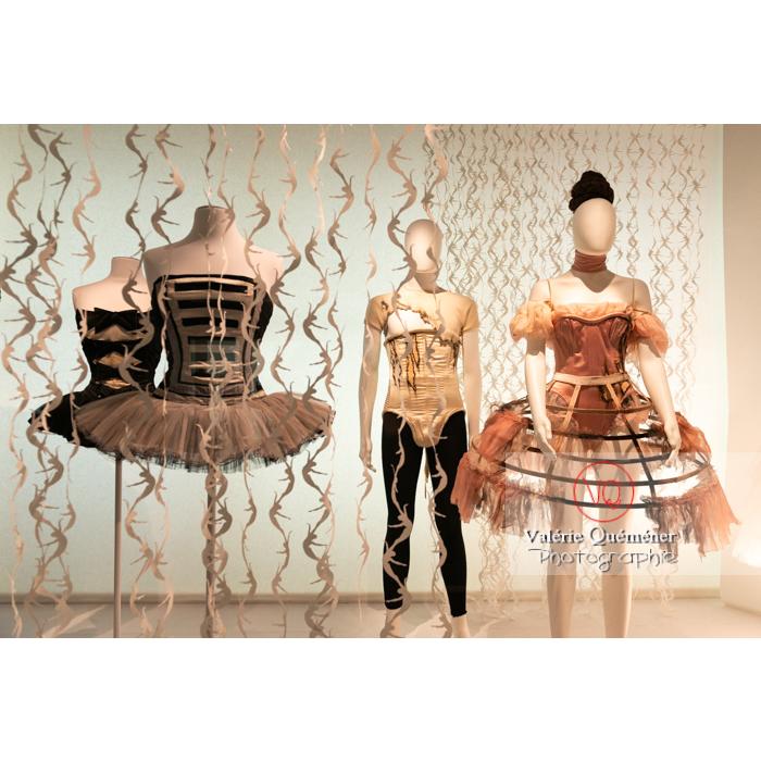 Exposition Couturiers de la danse (2019-2020) au CNCS, costumes brandebourgs militaires par Karl Lagerfeld et crinoline brûlée de Sylvie Shinazi - Réf : VQFR03-0382 (Q3)