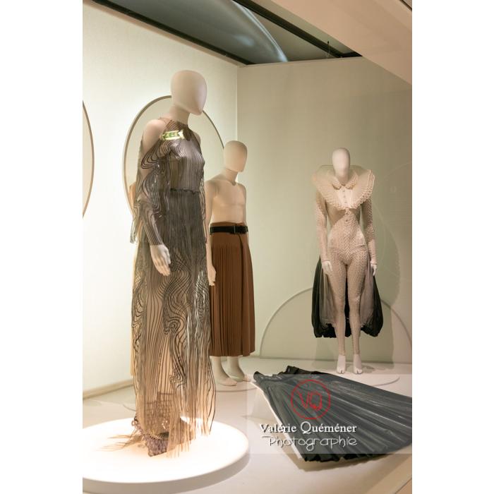 Costumes découpés au laser par Iris Van Herpen pour Pelléas et Mélisande et par Hedi Slimane pour Sidi Larbi Charkaoui - Réf : VQFR03-0386 (Q3)
