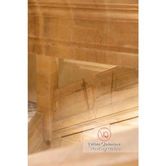 Escalier du Centre National du Costume de Scène (MH), musée dédié à la mode / Moulins / Allier / Auvergne-Rhône-Alpes - Réf : VQFR03-0411 (Q3)