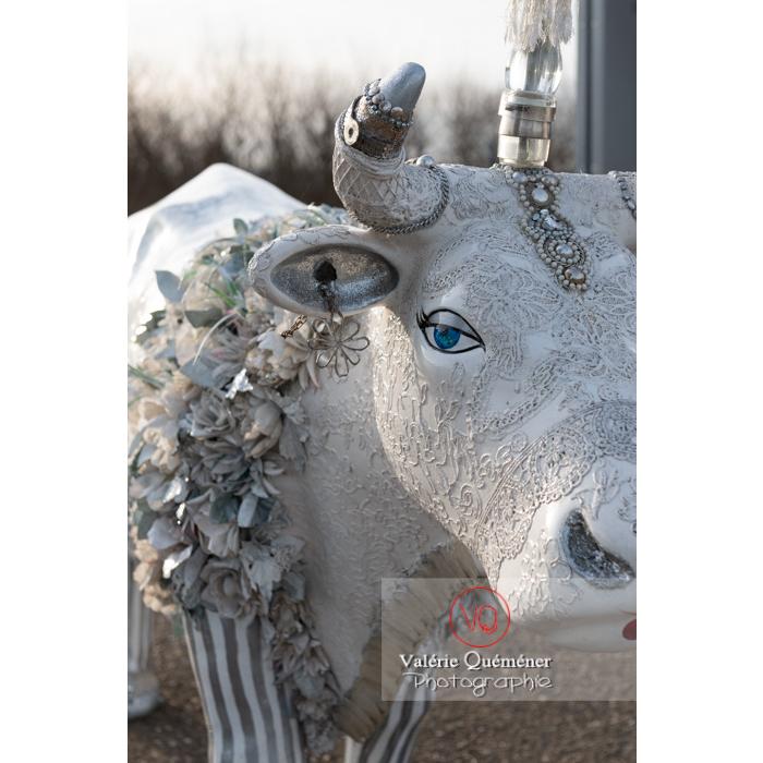'Divache' de MP Benoît-Basset pour l'exposition de sculptures de vaches dans Moulins / Allier / Auvergne-Rhône-Alpes - Réf : VQFR03-0414 (Q3)
