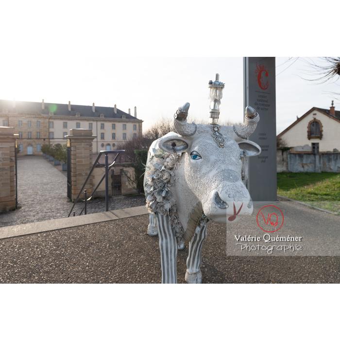 'Divache' de MP Benoît-Basset pour l'exposition de sculptures de vaches devant le CNCS dans Moulins / Allier / Auvergne-Rhône-Alpes - Réf : VQFR03-0416 (Q3)