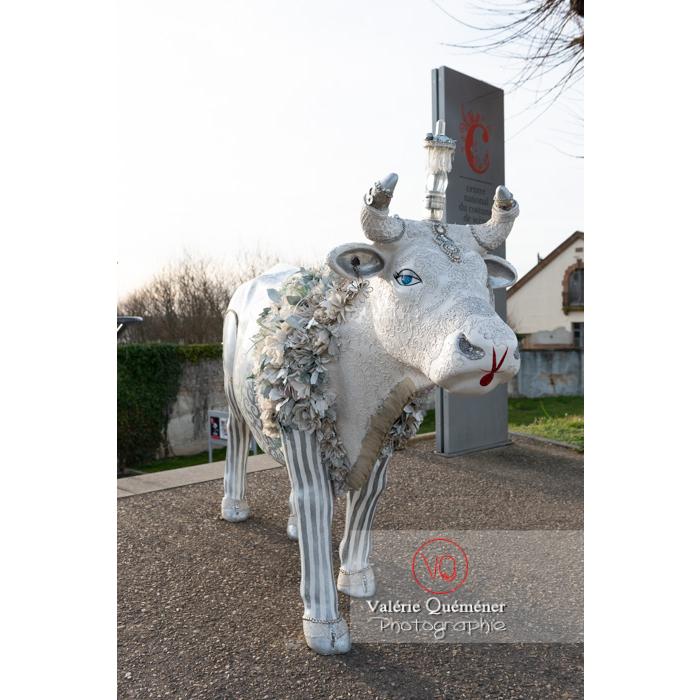 'Divache' de MP Benoît-Basset pour l'exposition de sculptures de vaches dans Moulins / Allier / Auvergne-Rhône-Alpes - Réf : VQFR03-0417 (Q3)