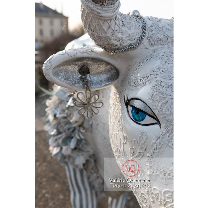 'Divache' de MP Benoît-Basset pour l'exposition de sculptures de vaches dans Moulins / Allier / Auvergne-Rhône-Alpes - Réf : VQFR03-0418 (Q3)