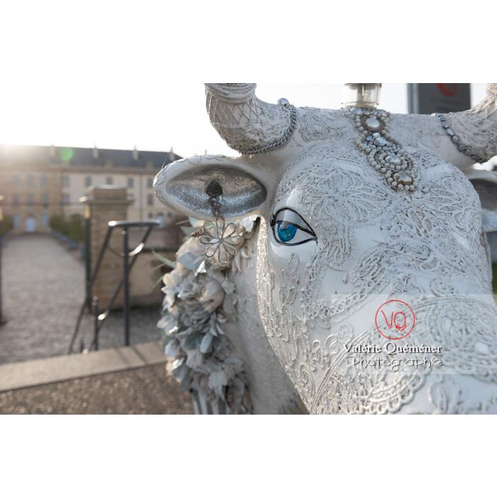 'Divache' de MP Benoît-Basset pour l'exposition de sculptures de vaches dans Moulins / Allier / Auvergne-Rhône-Alpes - Réf : VQFR03-0420 (Q3)