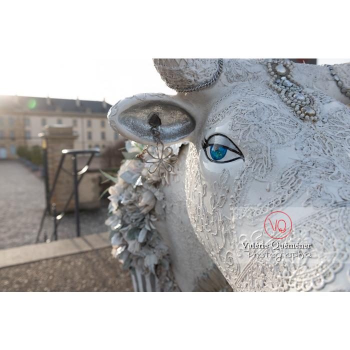 'Divache' de MP Benoît-Basset pour l'exposition de sculptures de vaches dans Moulins / Allier / Auvergne-Rhône-Alpes - Réf : VQFR03-0421 (Q3)