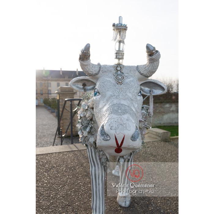 'Divache' de MP Benoît-Basset pour l'exposition de sculptures de vaches dans Moulins / Allier / Auvergne-Rhône-Alpes - Réf : VQFR03-0422 (Q3)