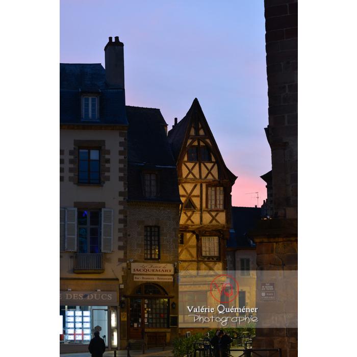 Ancienne maison à colombages à la nuit tombée à Moulins / Allier / Auvergne-Rhône-Alpes - Réf : VQFR03-0425 (Q3)