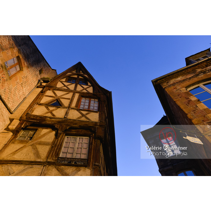 Ancienne maison à colombages de nuit à Moulins / Allier / Auvergne-Rhône-Alpes - Réf : VQFR03-0430 (Q3)