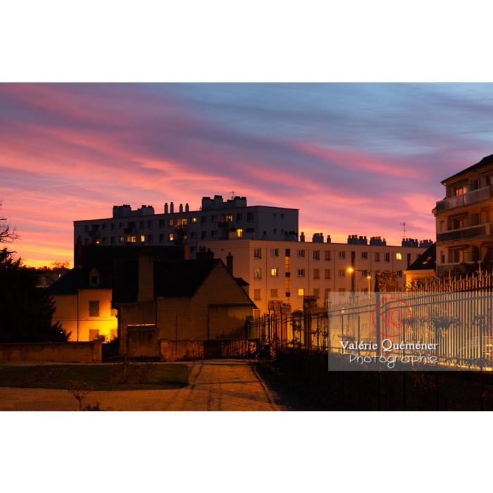 Coucher de soleil sur la ville de Moulins / Allier / Auvergne-Rhône-Alpes - Réf : VQFR03-0438 (Q3)