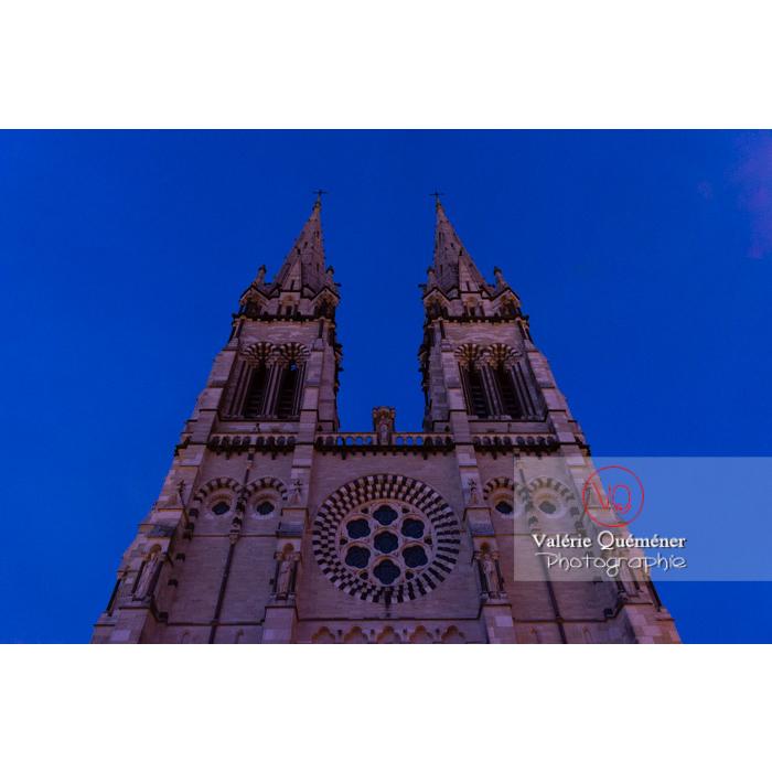Façade de la cathédrale Notre-Dame de l'Annonciation de style néo-gothique à Moulins au crépuscule / Allier / Auvergne-Rhône-Alpes - Réf : VQFR03-0443 (Q3)