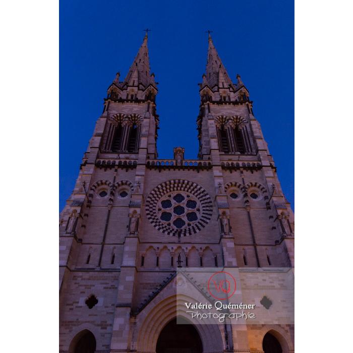 Façade de la cathédrale Notre-Dame de l'Annonciation à Moulins au crépuscule / Allier / Auvergne-Rhône-Alpes - Réf : VQFR03-0444 (Q3)