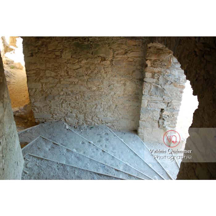 Escalier d'une partie du château de Saissac en Pays Cathare / Aude / Occitanie - Réf : VQFR11-0103 (Q1)