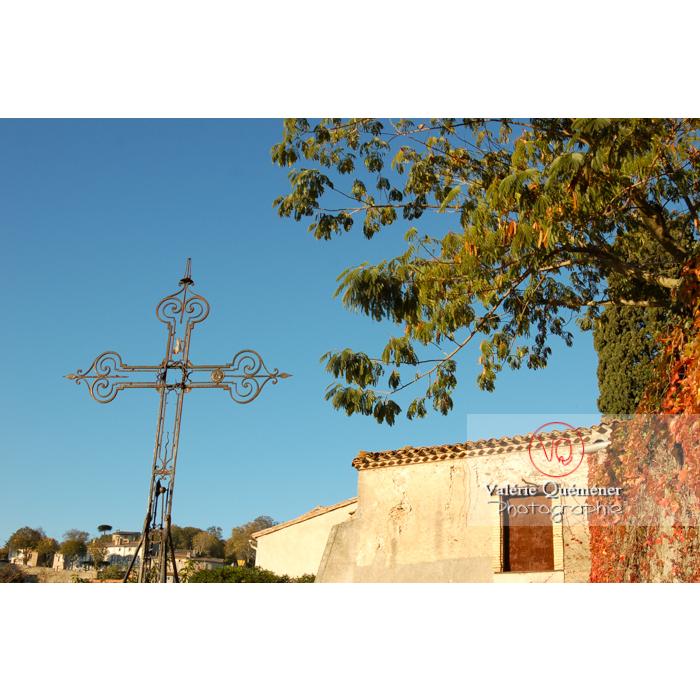 Croix à côté de l'église St-Michel au village de Saissac, en Pays Cathare / Aude / Occitanie - Réf : VQFR11-0120 (Q1)