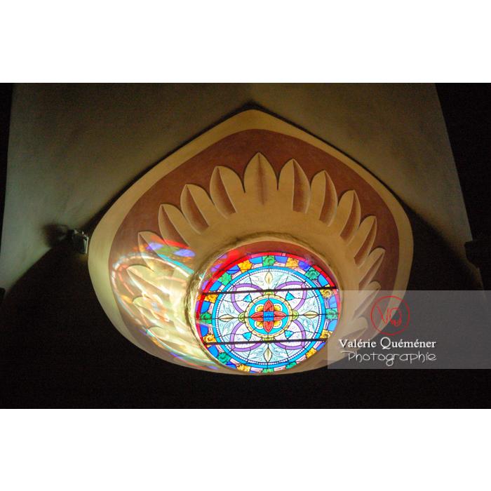 Vitrail de l'église St-Michel du village de Saissac, en Pays Cathare / Aude / Occitanie - Réf : VQFR11-0122 (Q1)
