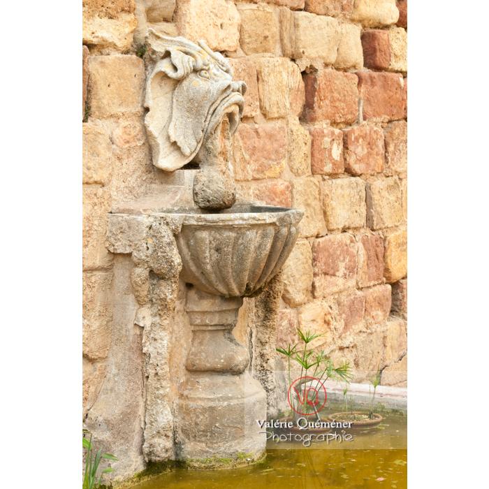 Fontaine dans la cour d'honneur de l'Abbaye de Fontfroide (MH) / Aude / Occitanie - Réf : VQFR11-0181 (Q2)