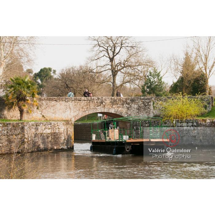 Barge passant l'écluse de la méditerranée proche du seuil de Naurouze, sur le canal du Midi, commune de Montferrand / Aude / Occitanie - Réf : VQFR11-0305 (Q2)