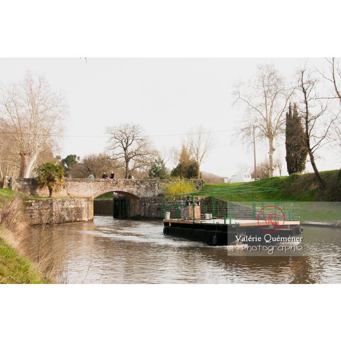 Barge passant l'écluse de la méditerranée proche du seuil de Naurouze, sur le canal du Midi, commune de Montferrand / Aude / Occitanie - Réf : VQFR11-0306 (Q2)
