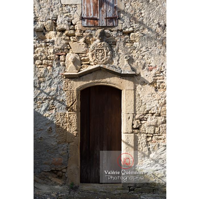 Bas-relief au-dessus d'une porte d'une ancienne demeure / Aude / Occitanie - Réf : VQFR11-0316 (Q3)