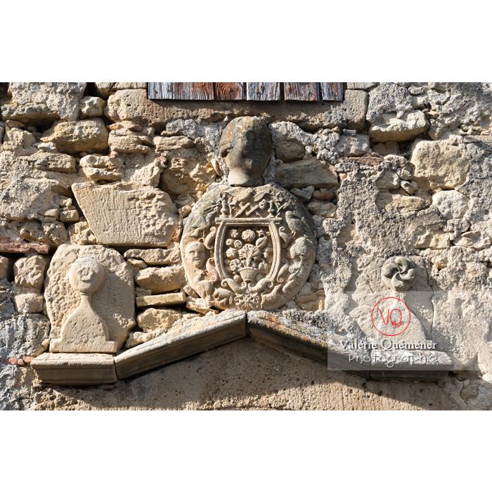 Détail bas-relief au-dessus d'une porte d'une ancienne demeure / Aude / Occitanie - Réf : VQFR11-0317 (Q3)