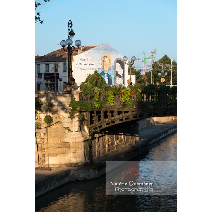 Canal de la Robine passant à Narbonne devant la fresque de Charles Trenet - Réf : VQFR11-0414 (Q3)