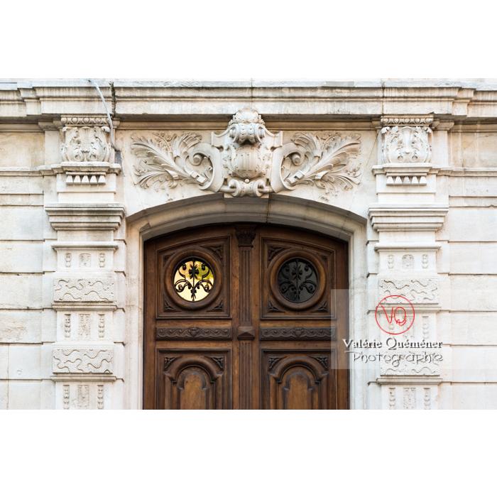 Détail bas-relief encadrant une porte d'un hôtel particulier à Narbonne / Aude / Occitanie - Réf : VQFR11-0427 (Q3)