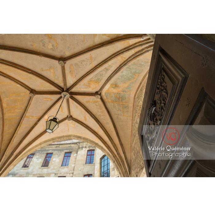 Vielle porte et voûte au palais des archevêques, à Narbonne - Réf : VQFR11-0446 (Q3)