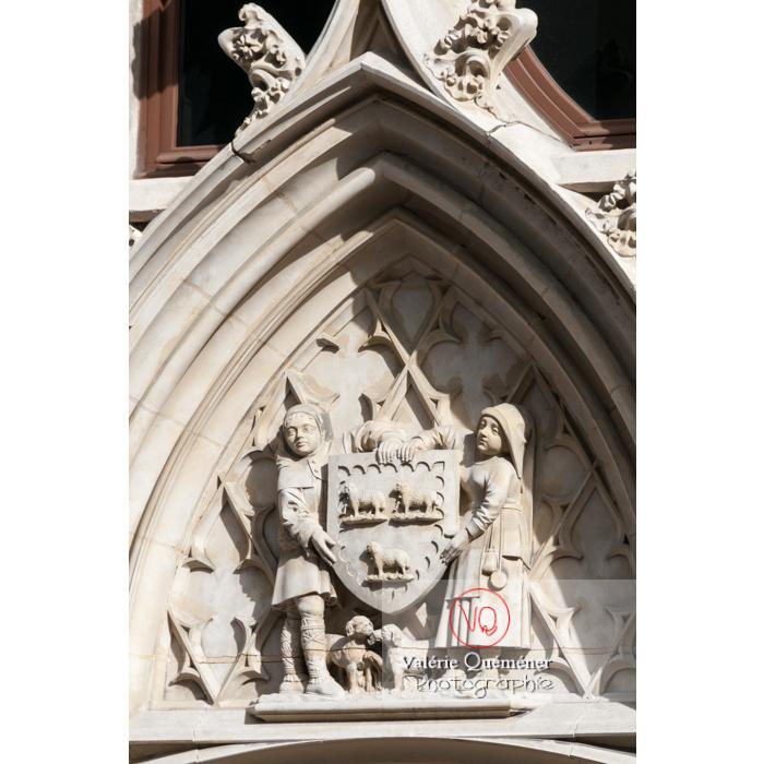 Blason de Bourges sur le bas-relief de l'hôtel des Postes à Bourges / Cher - Réf : VQFR18-0016 (Q2)
