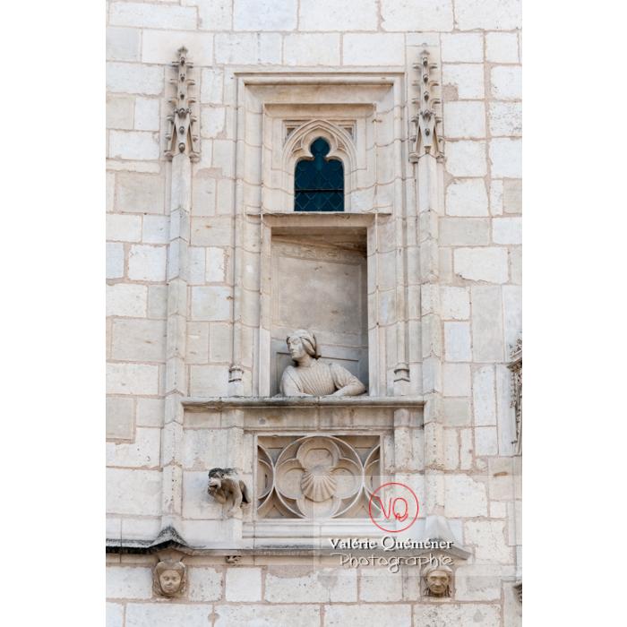 Bas-relief sur le mur du palais Jacques-Cœur à Bourges / Cher - Réf : VQFR18-0022 (Q2)