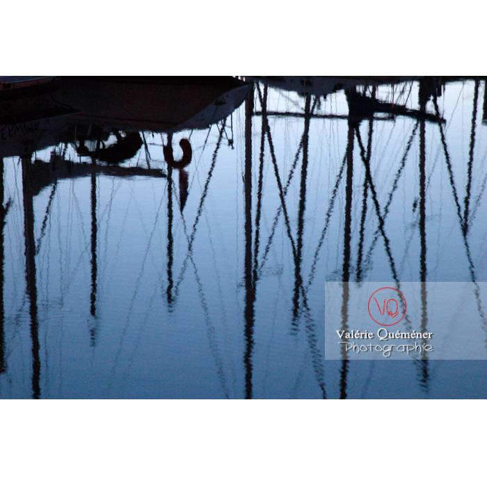 Reflet de mâts des bateaux dans le port de Binic / Côtes d'Armor / Bretagne - Réf : VQFR22-0156 (Q1)