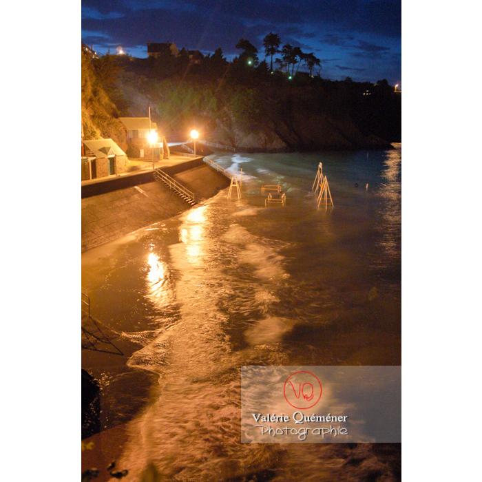 Marée haute sur la plage de Binic la nuit / Côtes d'Armor / Bretagne - Réf : VQFR22-0185 (Q1)