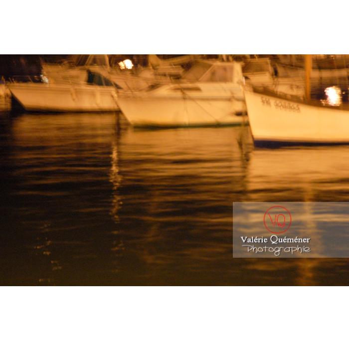 Bateaux dans le port de Binic de nuit / Côtes d'Armor / Bretagne - Réf : VQFR22-0187 (Q1)
