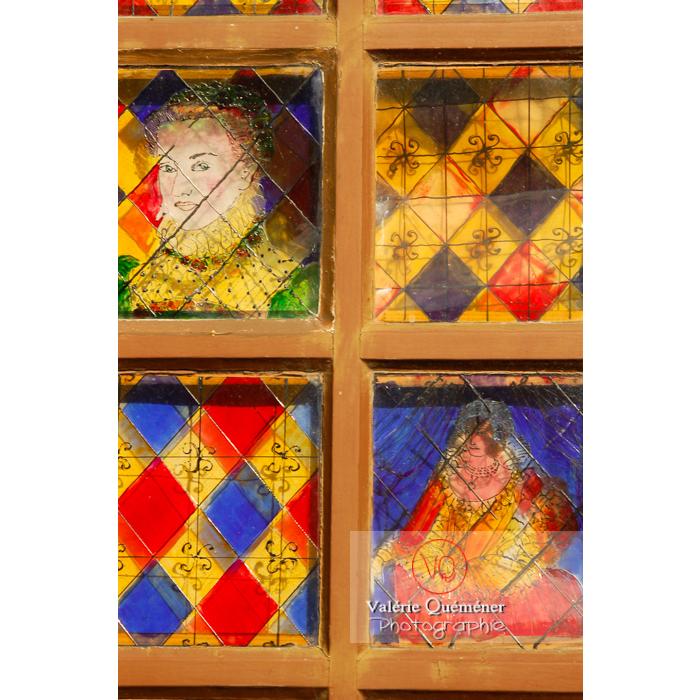 Fenêtre du théâtre du costume de Moncontour / Côtes d'Armor / Bretagne - Réf : VQFR22-0238 (Q1)