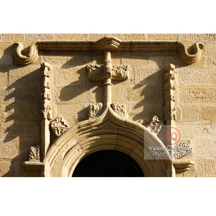 Détail bas-relief encadrant une porte de l'église St-Mathurin à Moncontour / Côtes d'Armor / Bretagne - Réf : VQFR22-0242 (Q1)