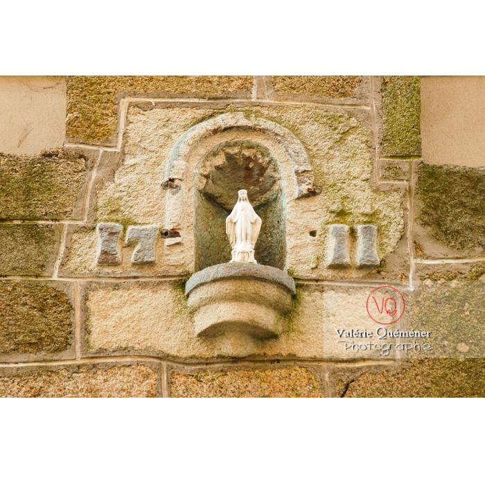 Statuette religieuse de la vierge dans une niche murale à Moncontour / Côtes d'Armor / Bretagne - Réf : VQFR22-0243 (Q1)