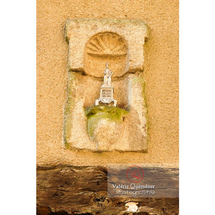 Statuette religieuse dans une niche indiquant les chemins de Compostelle à Moncontour / Côtes d'Armor / Bretagne - Réf : VQFR22-0244 (Q1)