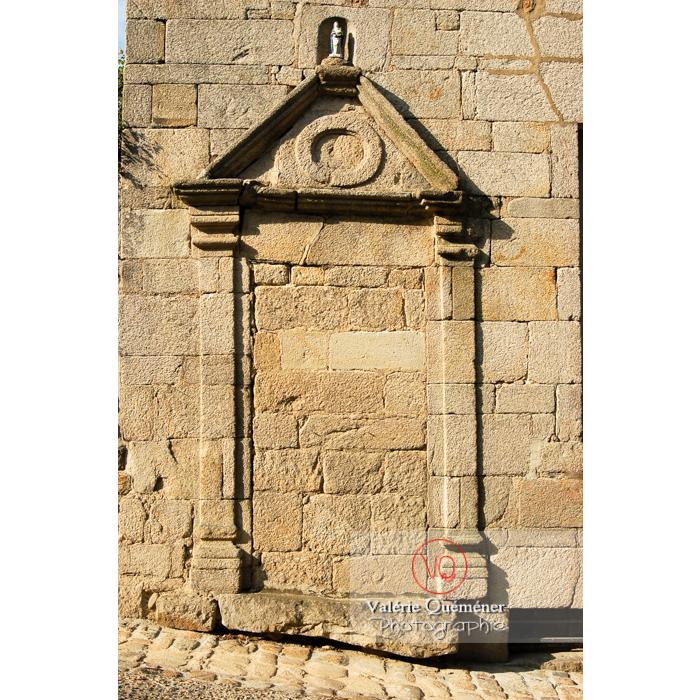 Bas-relief encadrant une porte murée à Moncontour / Côtes d'Armor / Bretagne - Réf : VQFR22-0246 (Q1)