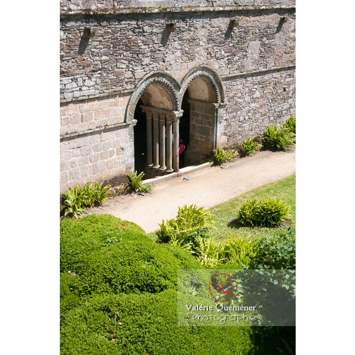 Entrée de la salle capitulaire de l'abbaye de Beauport (MH) à Kerity, commune de Paimpol / Côtes d'Armor / Bretagne - Réf : VQFR22-0287 (Q2)