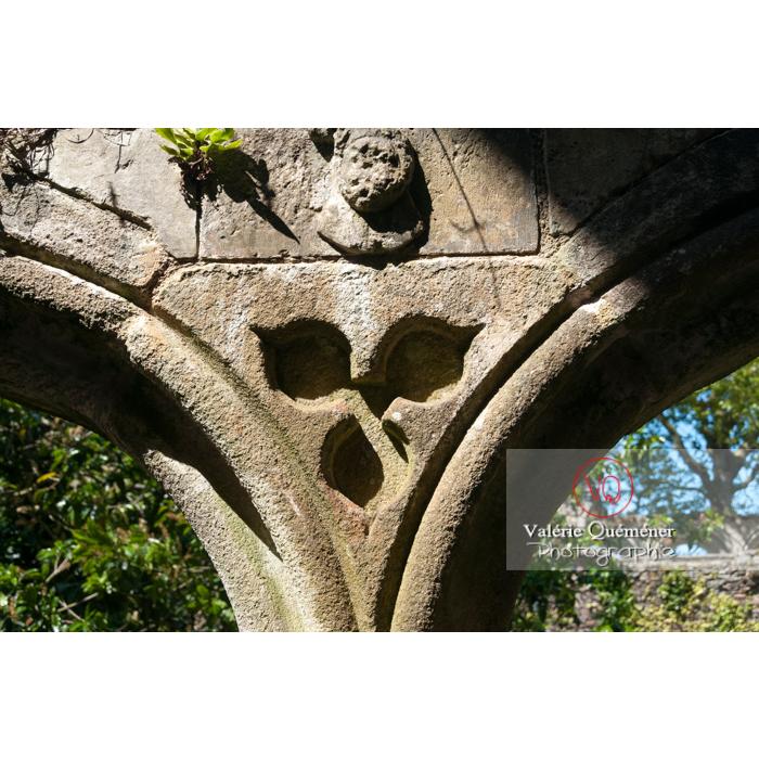 Détail du bas-relief d'une arcade du cloître de l'abbaye de Beauport (MH) à Kerity, commune de Paimpol / Côtes d'Armor / Bretagne - Réf : VQFR22-0295 (Q2)