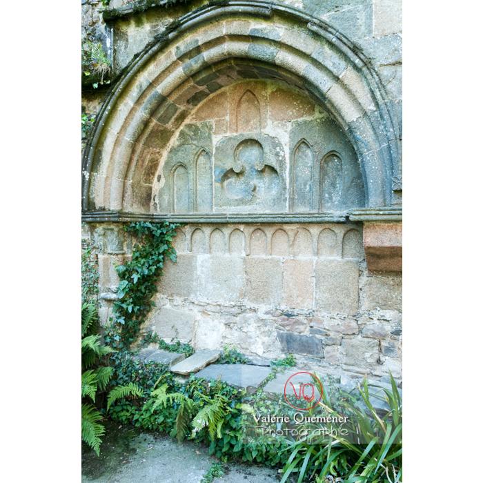 Lavabo du cloître de l'abbaye de Beauport (MH) à Kerity, commune de Paimpol / Côtes d'Armor / Bretagne - Réf : VQFR22-0297 (Q2)