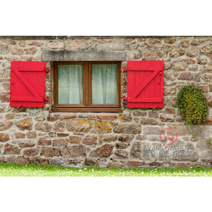 Fenêtre aux volets rouge d'une maison en pierre sur l'île de Bréhat / Côtes d'Armor / Bretagne - Réf : VQFR22-0388 (Q2)