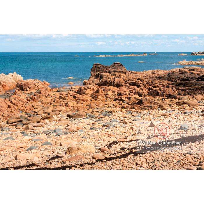 Plage de galets de granit rose sur l'île de Bréhat / Côtes d'Armor / Bretagne - Réf : VQFR22-0417 (Q2)